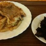 Frytki, mięso i surówka